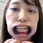 激カワ人気女優 加賀美さら チャンの激レアマウスオープナー着用して口内・歯観察&電マ当て! アドア AD-427 加賀美さら